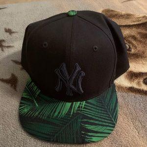 Men's snap back New York Yankees hat